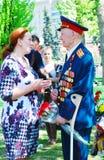 El veterano de guerra habla a una mujer Imagen de archivo libre de regalías
