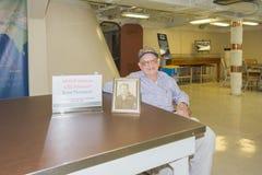 El veterano Ernie Thompson de WWII visita el acorazado USS Iowa en displa Fotos de archivo