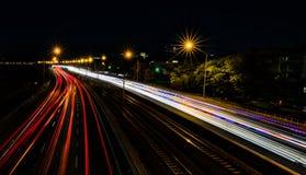 El viajar abajo de la carretera en la noche Imagen de archivo