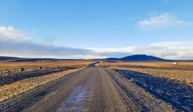 El viajar abajo del camino de la grava en desierto Imagenes de archivo