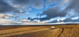El viajar abajo del camino de la grava en desierto Foto de archivo libre de regalías