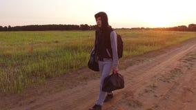 El viajar adolescente del muchacho Vagabundo adolescente del muchacho que camina a lo largo del camino en una capilla con las moc Imagen de archivo