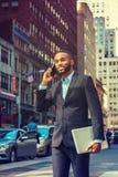 El viajar afroamericano joven del hombre de negocios, trabajando en nuevo Yor Imágenes de archivo libres de regalías
