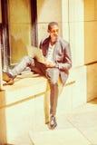 El viajar afroamericano joven del hombre, estudiando en Nueva York Foto de archivo libre de regalías