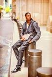 El viajar afroamericano joven del hombre, estudiando en Nueva York Foto de archivo