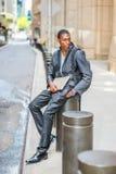 El viajar afroamericano joven del hombre, estudiando en Nueva York Fotografía de archivo