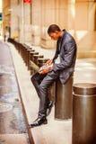 El viajar afroamericano joven del hombre, trabajando en la calle del vintage Foto de archivo
