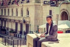 El viajar afroamericano joven del hombre, trabajando en Nueva York Foto de archivo