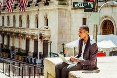 El viajar afroamericano joven del hombre, trabajando en Nueva York Foto de archivo libre de regalías