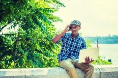 El viajar afroamericano joven del hombre, trabajando en Nueva York Imagen de archivo libre de regalías