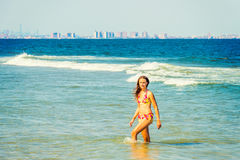 El viajar americano joven de la mujer, relajándose en la playa en nuevo Jer Imagen de archivo