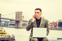 El viajar americano joven del hombre de negocios, trabajando en Nueva York Imagen de archivo