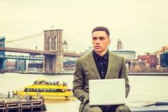 El viajar americano joven del hombre de negocios, trabajando en Nueva York Imagenes de archivo