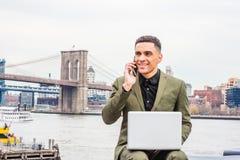 El viajar americano joven del hombre de negocios, trabajando en Nueva York, Foto de archivo