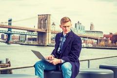 El viajar americano joven del hombre, trabajando en Nueva York Imagen de archivo