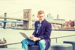 El viajar americano joven del hombre, trabajando en Nueva York, Fotografía de archivo