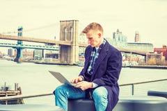 El viajar americano joven del hombre, trabajando en Nueva York, Foto de archivo