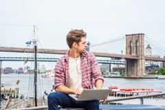 El viajar americano joven del hombre, trabajando en Nueva York Imágenes de archivo libres de regalías