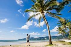 El viajar asiático joven en la playa de Patong, Phuket, Tailandia Imagenes de archivo