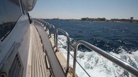 El viajar a bordo de un yate de lujo del motor a través del océano tropical metrajes