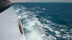 El viajar a bordo de un yate de lujo del motor a través del océano tropical almacen de metraje de vídeo