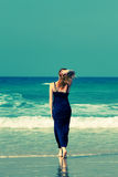 El viajar caucásico mayor feliz de la mujer Foto de archivo libre de regalías