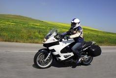 El viajar con el cielo azul de la hierba del motorcyle Fotos de archivo libres de regalías
