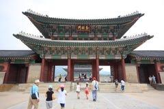 El viajar con la familia en el palacio de Gyeongbokgung Foto de archivo libre de regalías