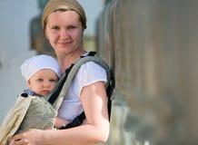 El viajar de la madre y del bebé Imágenes de archivo libres de regalías