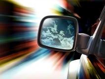 El viajar del espejo del coche de carreras que apresura Foto de archivo
