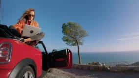 El viajar en el coche convertible para la vida almacen de metraje de vídeo