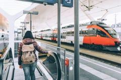 El viajar en tren en el ferrocarril alpino Fotografía de archivo