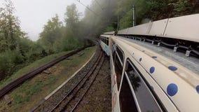 El viajar en tren en las montañas de Suiza almacen de video