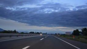El viajar a lo largo de la carretera del camino en la salida del sol metrajes