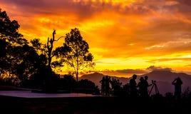 El viajar para la puesta del sol del reloj en la montaña en el parque nacional de Kaeng Krachan en Tailandia Fotografía de archivo libre de regalías