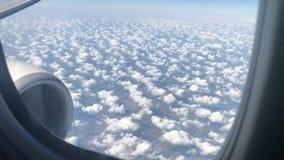 El viajar por el aire Visión a través de una ventana del aeroplano almacen de video