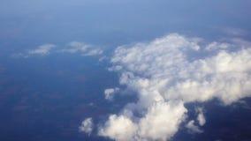 El viajar por el aire Visión a través de una ventana del aeroplano almacen de metraje de vídeo