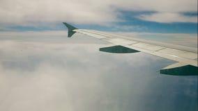 El viajar por el aire en el vuelo del aeroplano a través de las nubes Vista a las porciones de nube de la porta almacen de video