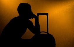 El viajar - silueta del hombre y de la maleta Foto de archivo libre de regalías