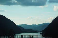 El viajar a través del paso de la montaña Foto de archivo libre de regalías