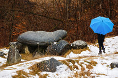 El viajar turístico de la mujer a través de Rumania Trovanti, Costesti Valc foto de archivo