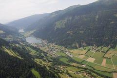 El viaje Carinthia Feld de Flightseeing/considera la opinión del ojo de pájaro de Afritz del lago Brennsee del lago Imagen de archivo