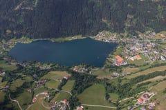El viaje Carinthia Feld de Flightseeing/considera la opinión del ojo de pájaro de Brennsee del lago Fotografía de archivo libre de regalías