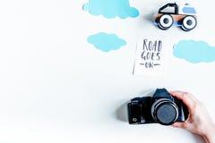 El viaje de cepillado con el niño con el fondo blanco de la cámara de la foto remata v Foto de archivo libre de regalías