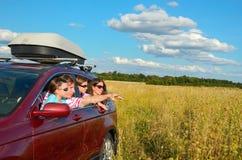 El viaje de coche familiar el vacaciones, los padres y los niños se divierten, concepto del seguro Imagen de archivo