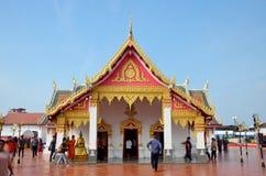 El viaje de la gente tailandesa y del viajero visita caminar y ruega Chedi y Fotografía de archivo