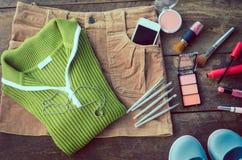 El viaje de la muchacha, camisas, faldas, cosméticos, accesorios, maquillaje, los zapatos, el teléfono elegante del equipo, alist Fotos de archivo libres de regalías