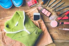 El viaje de la muchacha, camisas, faldas, cosméticos, accesorios, maquillaje, los zapatos, el teléfono elegante del equipo, alist Imágenes de archivo libres de regalías