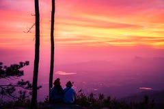 El viaje de los asi?ticos de las mujeres y de los hombres del amante se relaja en el d?a de fiesta salida del sol de observación  imagen de archivo libre de regalías