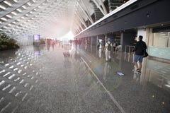 El viaje del día de fiesta, aduanas del aeropuerto, el sol salpicó en el pasillo Fotos de archivo
